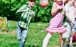Дворняга обожал детей и приходил к ним поиграть на площадку, но родители прогоняли его палками